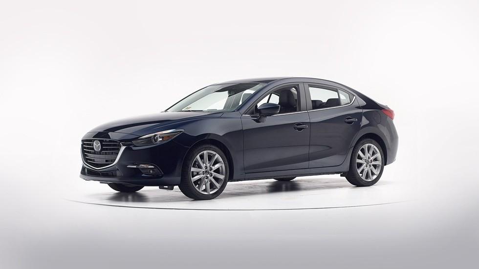 Mazda 3 вид три четверти