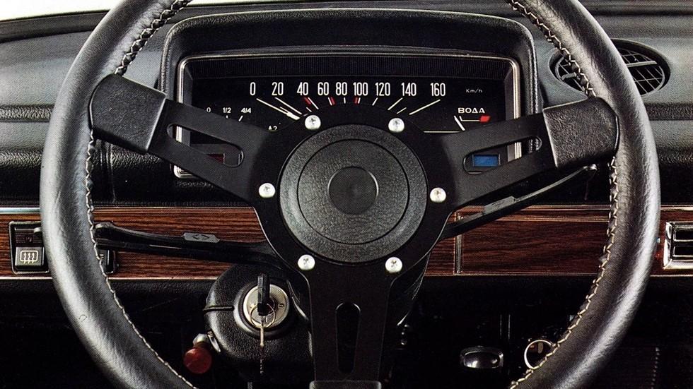 За рубежом дилеры нередко устанавливали на ВАЗ-21011 более спортивную «баранку» вместо стандартной