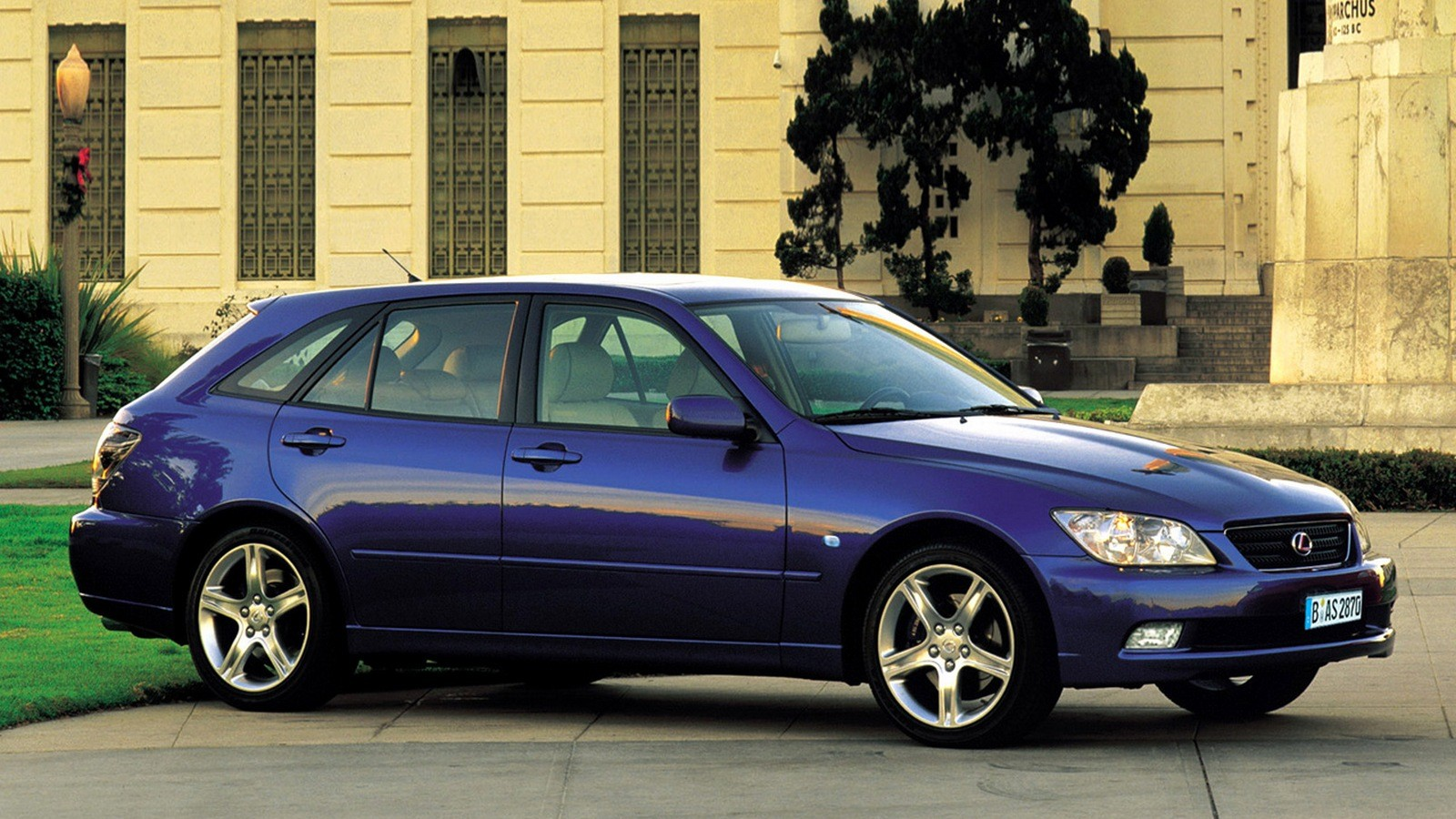 На фото: Lexus IS 300 SportCross '2001–05