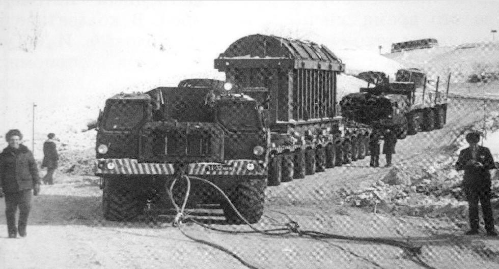 Перевозка неделимого груза на 300-тонном прицепе ЧМЗАП-8389 с тягачом и толкачом МАЗ-7310 (из архива НАМИ)