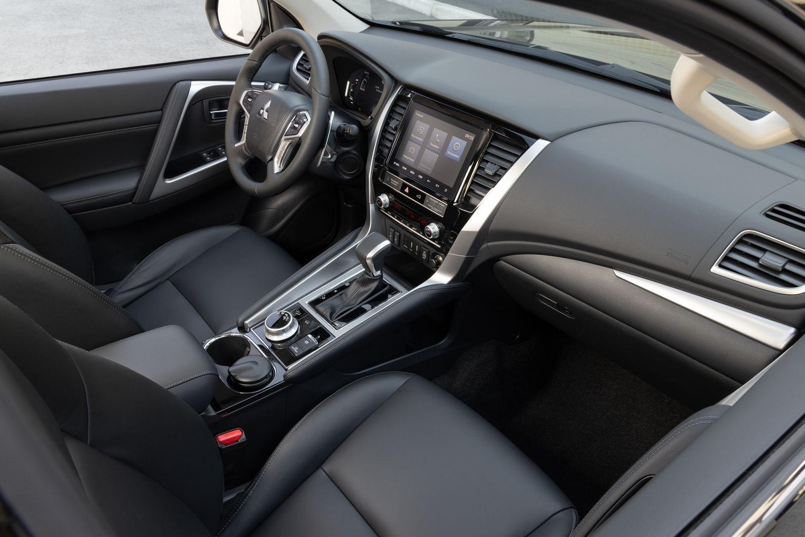 Цифровые приборы и багажник с сервоприводом: тест нового Mitsubishi Pajero Sport