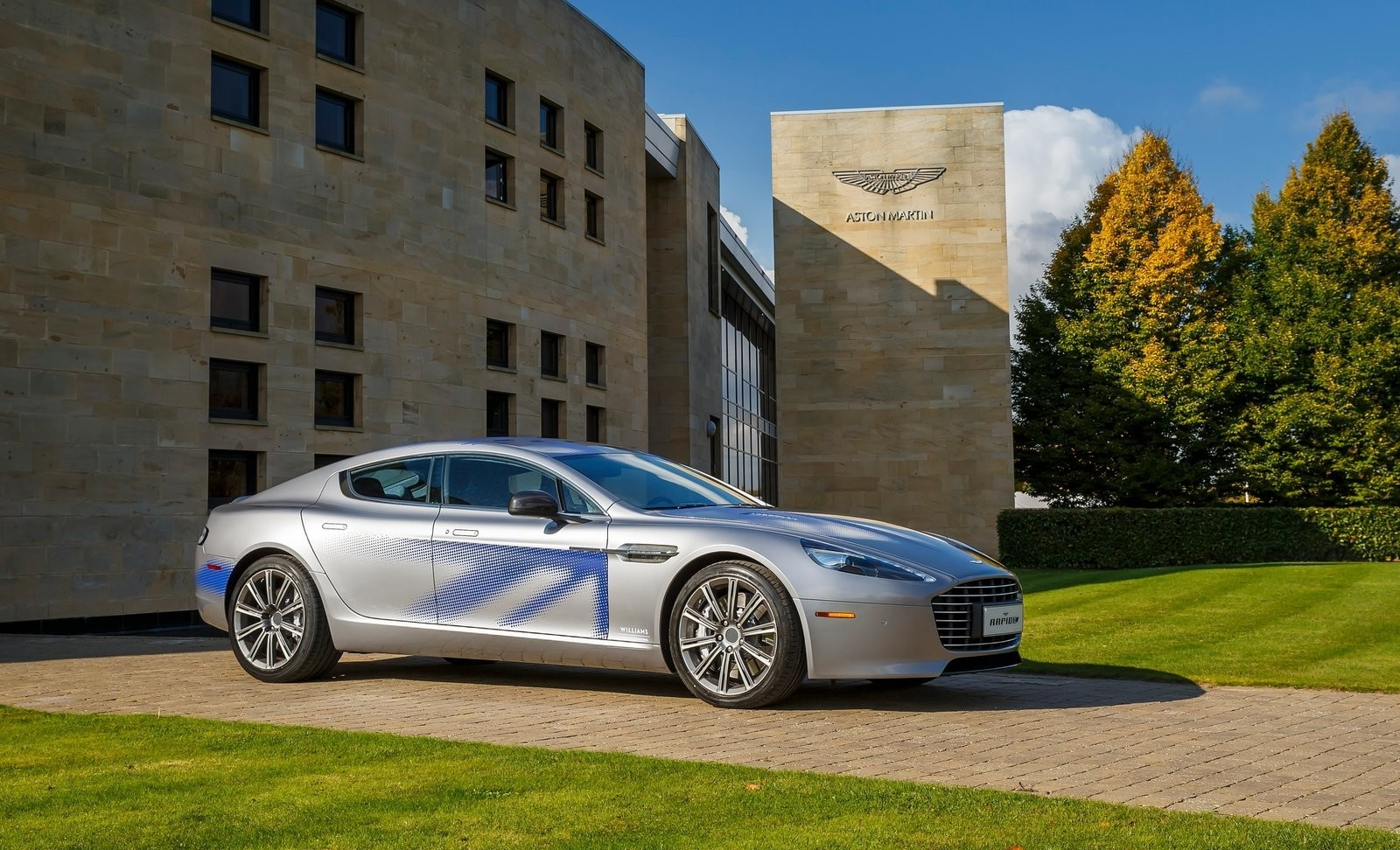 На фото: Aston Martin RapidE Concept