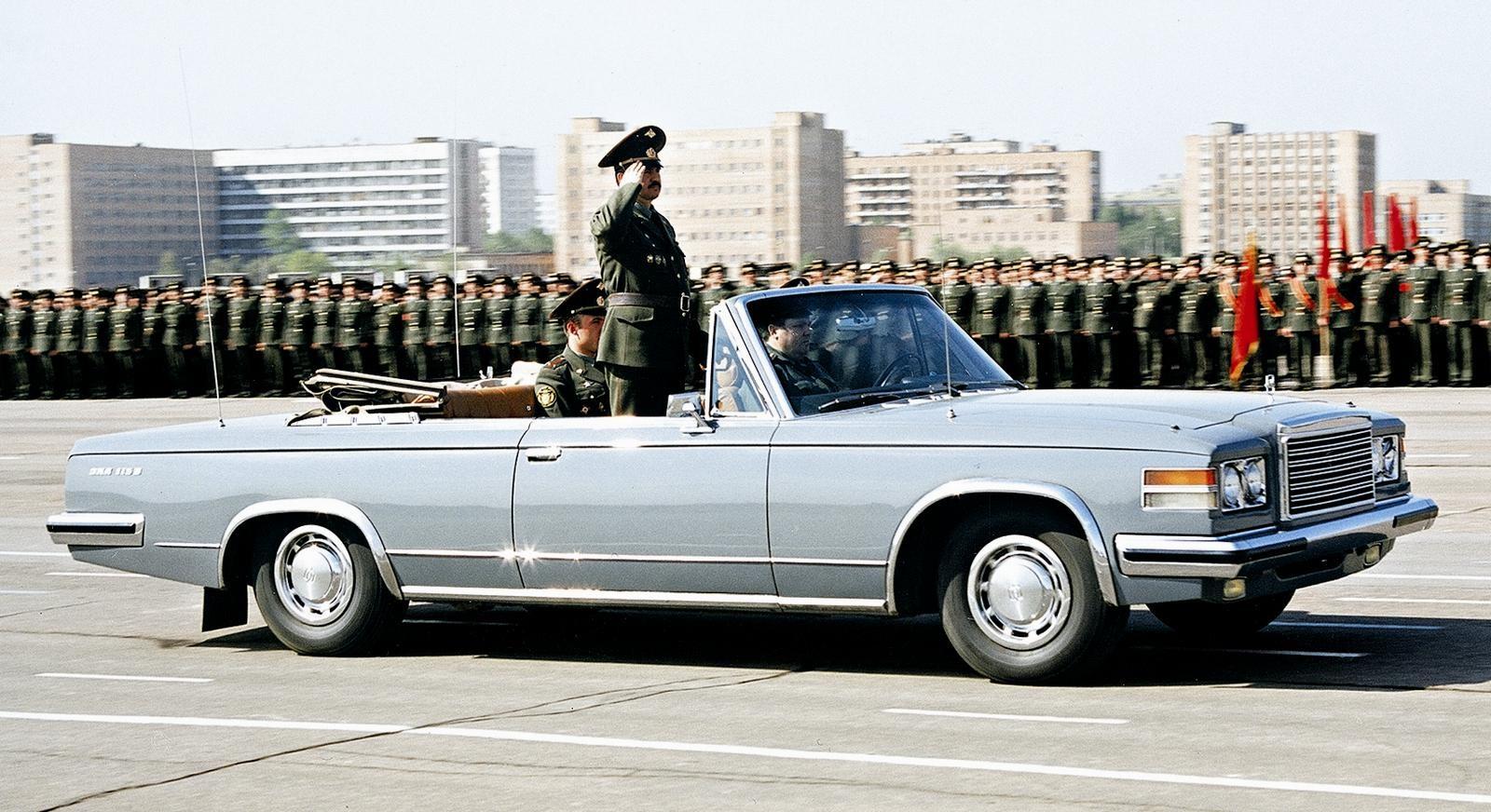 Репетиция военного парада на открытом автомобиле ЗИЛ-41044. 1983 год