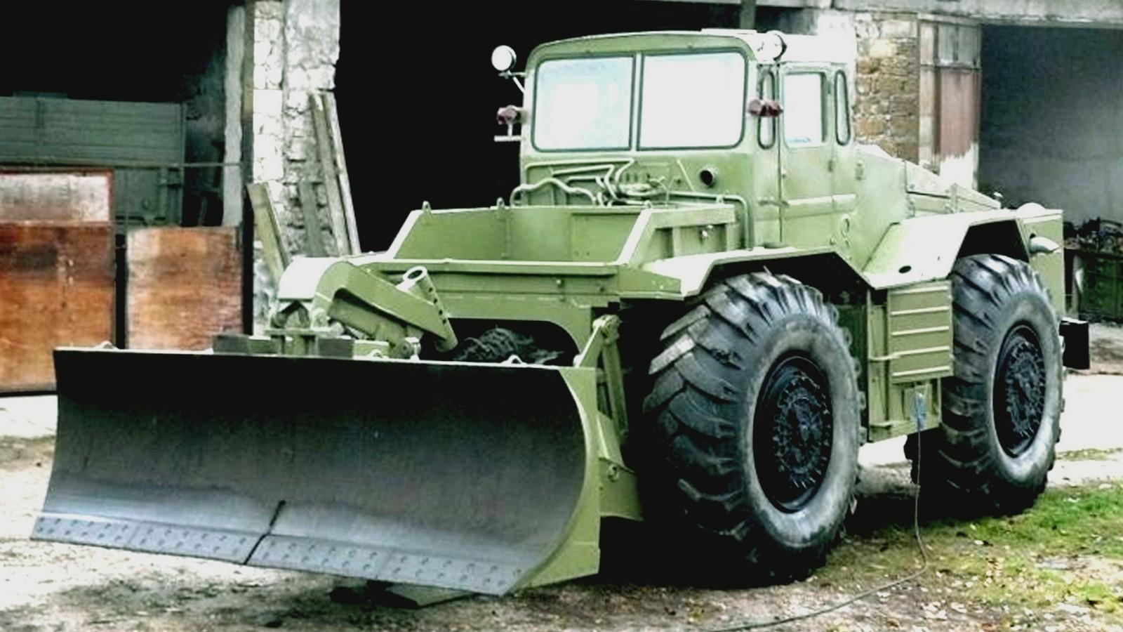 Колесный бульдозерный тягач БКТ с прямым отвалом на шасси МАЗ-538