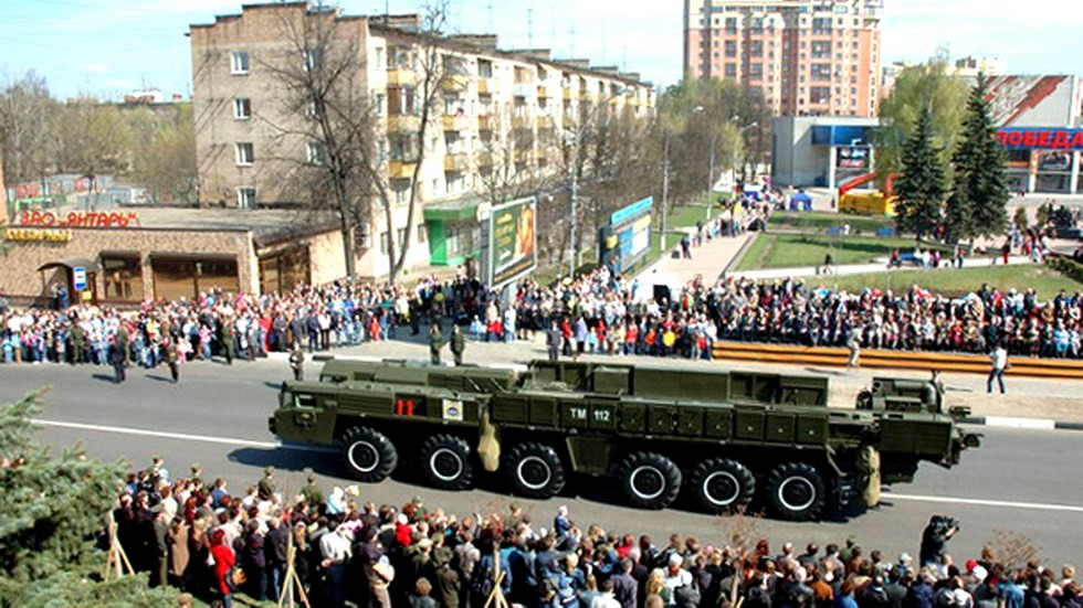 Транспортно-перегрузочная машина комплекса А-135 на параде в подмосковном городе Пушкино (фото А. Липчанского)