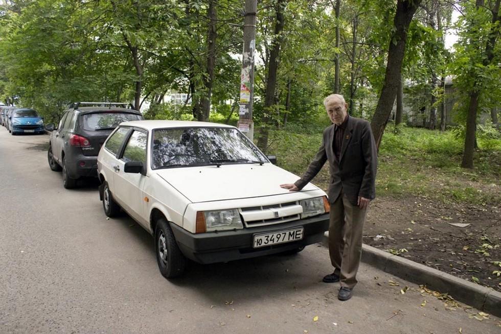 84-летний первый владелец этого автомобиля. За двадцать с лишним лет он сохранил «восьмерку» практически в первозданном виде
