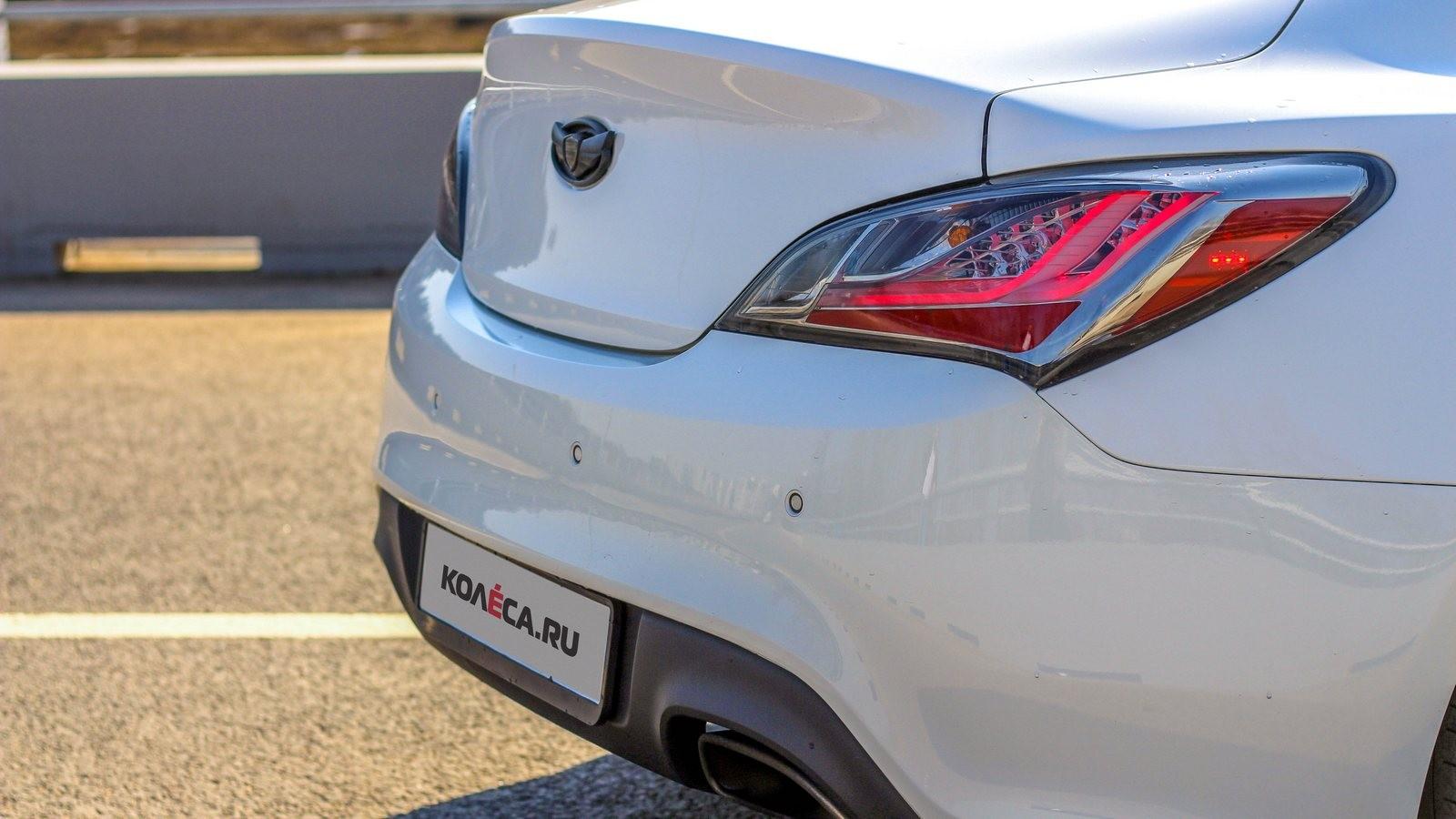 Hyundai Genesis Coupe белый задняя часть