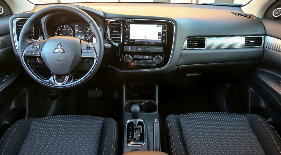 На фото: интерьер нынешнего Mitsubishi Outlander