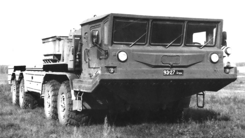 Шасси БАЗ-6951П с двумя двигателями под грузовой платформой (из архива Н. Щербакова)