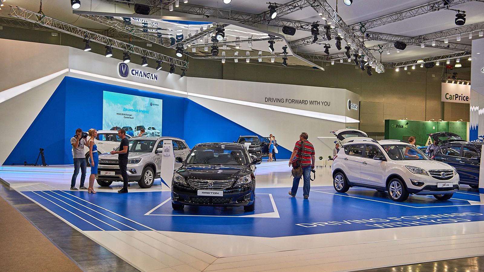 На фото: стенд Changan на Московском автосалоне