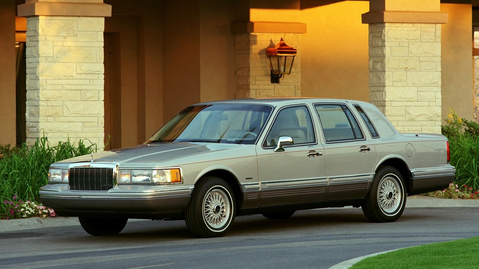 На фото: Lincoln Town Car '1990–92