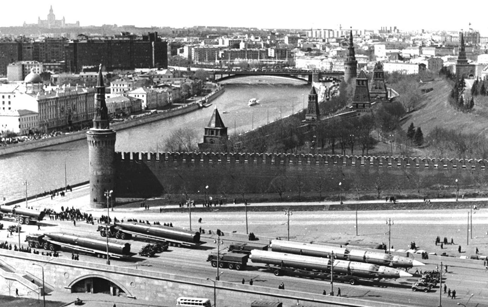 Ракетные автопоезда на Москворецком мосту после парада — тягачи МАЗ-537А с ракетами ГР-1 (справа) и МАЗ-537 с ракетами Р-26. 1965 год