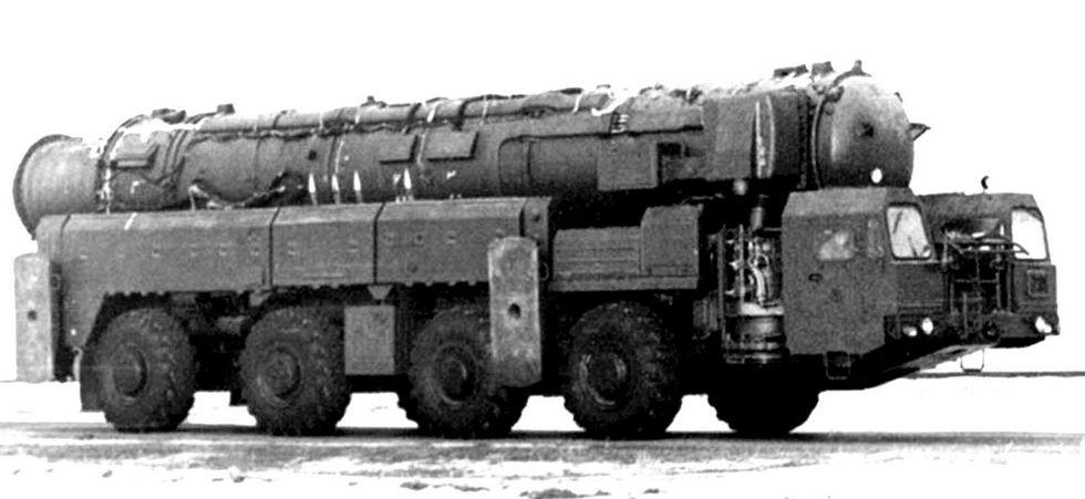 Макет компактного ракетного комплекса «Скорость» средней дальности