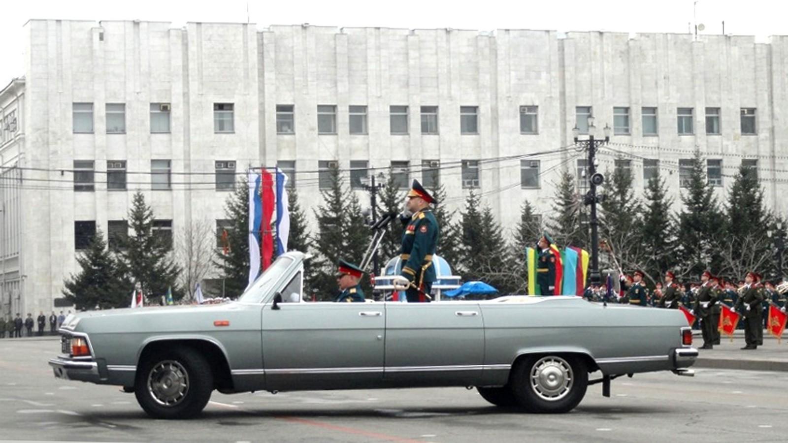 Открытая «Чайка» ГАЗ-14-05 на торжественном параде в Хабаровске