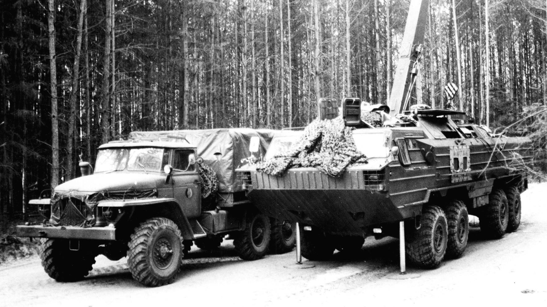Перегрузка боеголовки из грузовика на ТЗМ 9Т230 с 5-тонным краном (из архива автора)