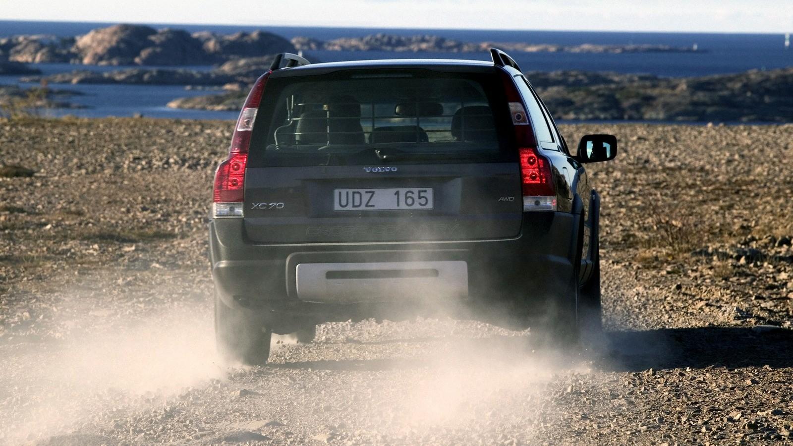 Volvo XC70 на ходу вид сзади