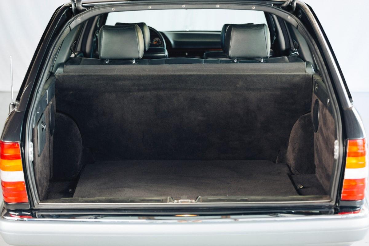 Редкий универсал Mercedes-Benz 560 TEL выставлен на продажу