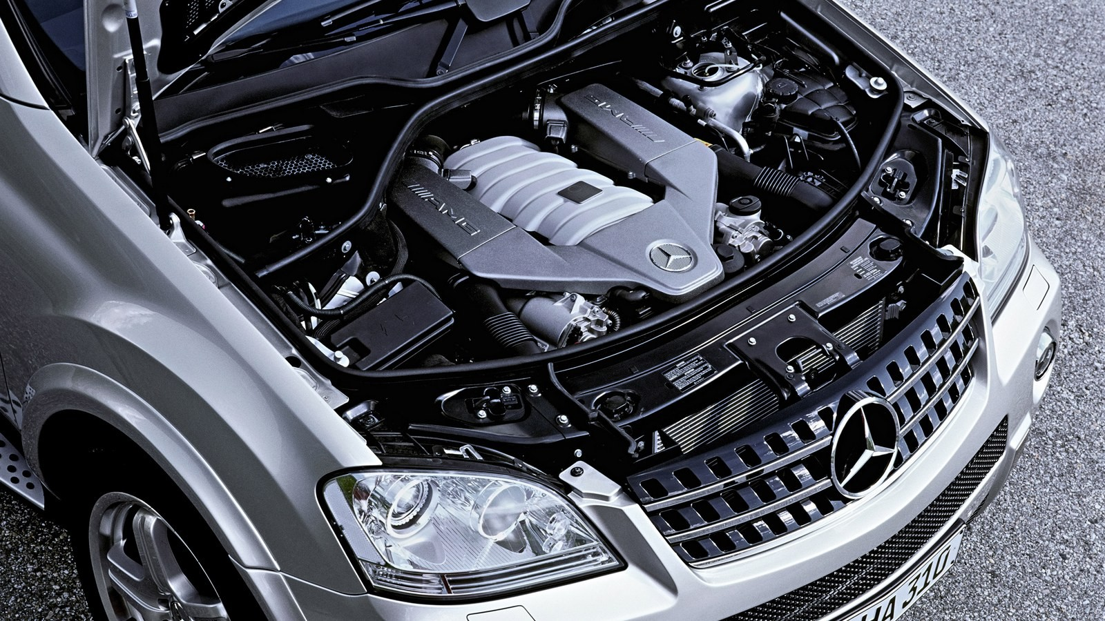 На фото: Под капотом Mercedes-Benz ML 63 AMG (W164) '2006–08 М156