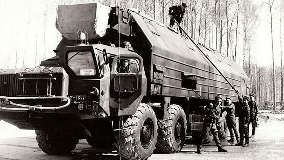 Машина боевого дежурства с вместительным обитаемым кузовом на шасси МАЗ-543М
