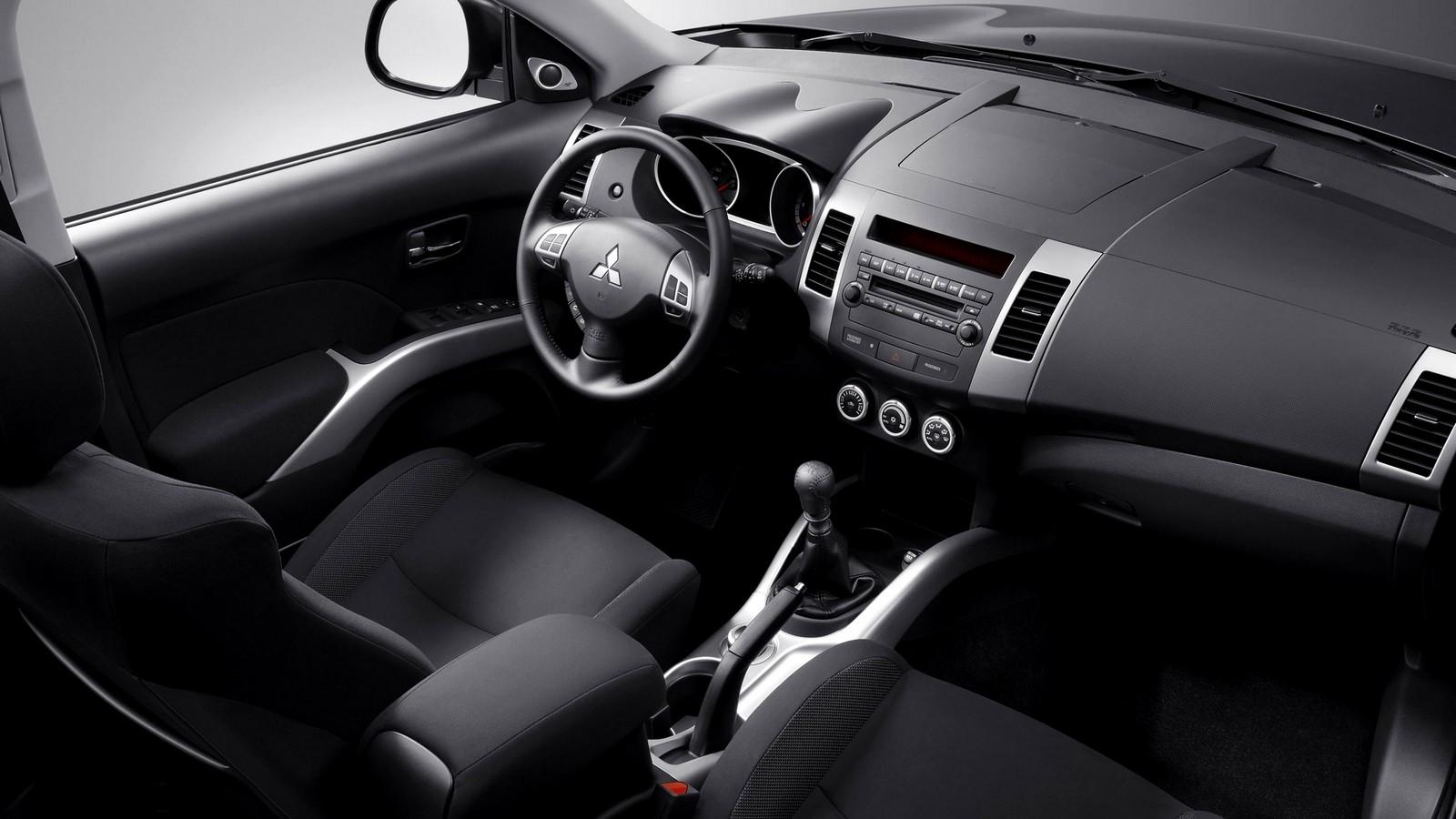 Интерьер Mitsubishi Outlander North America '2009–13э