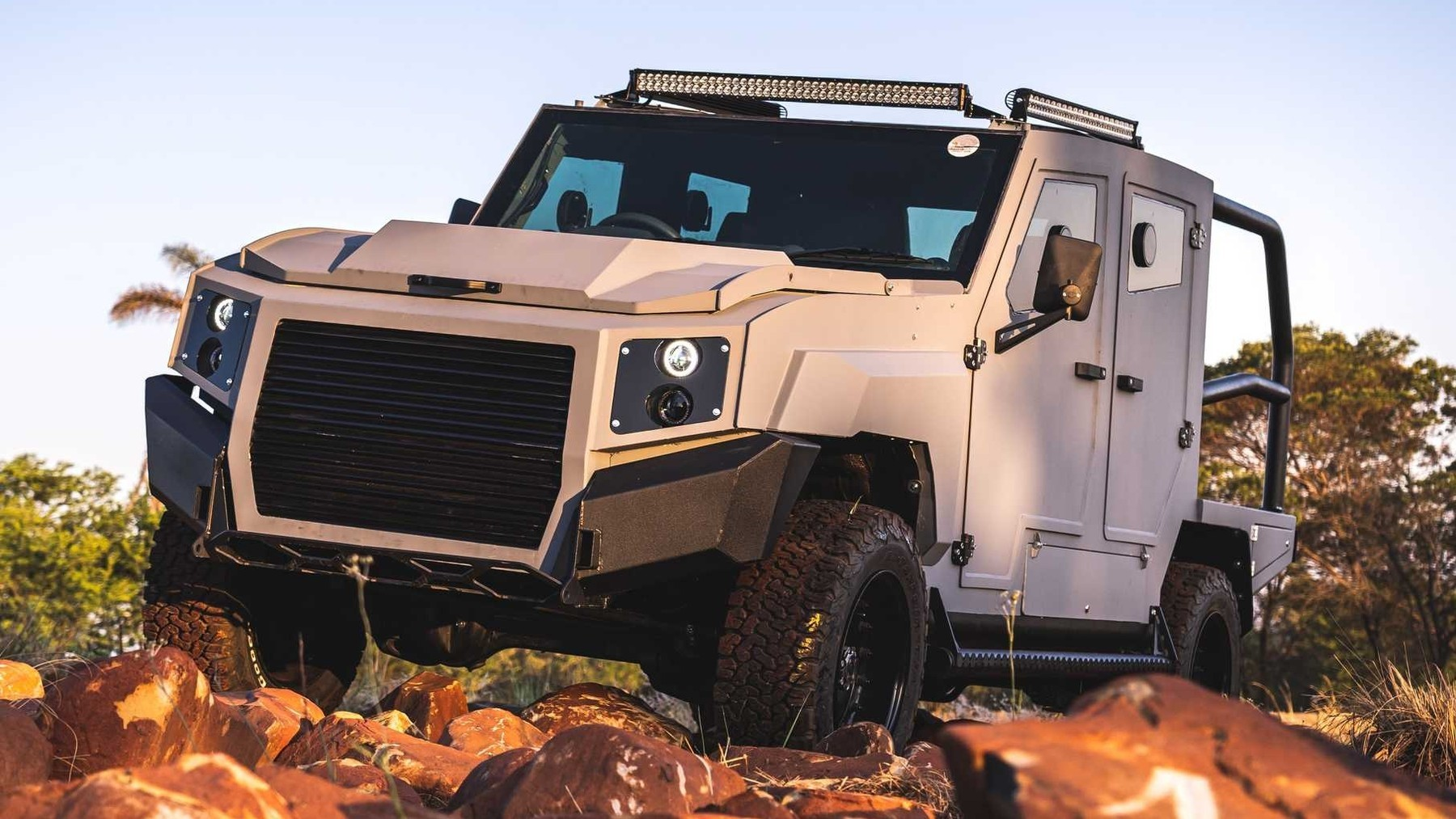 Сурово, по-африкански: броневик SVI MAX 3 на базе Toyota Land Cruiser 79