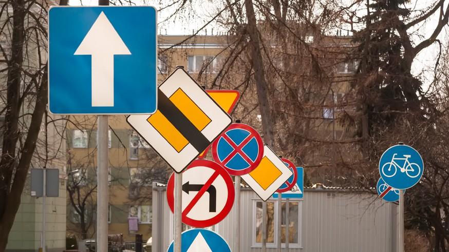 Перекрёстки, запрет обгона и камеры: новые поправки в ПДД коснутся дорожных знаков