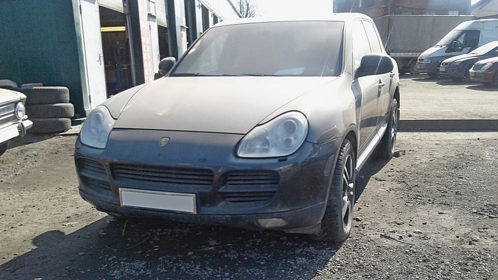 Porsche Cayenne пыльный вид спереди