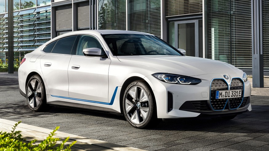 BMW полностью рассекретила лифтбек i4: фото салона и подробности о «технике»