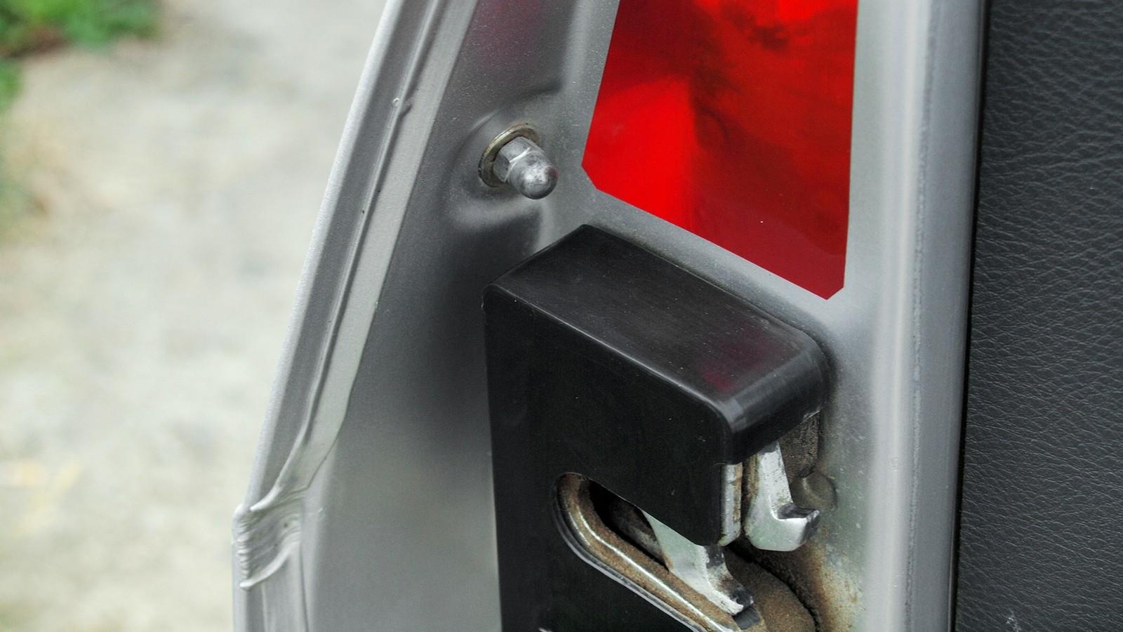 Дверные ручки изнутри крепятся с помощью колпачковых гаек