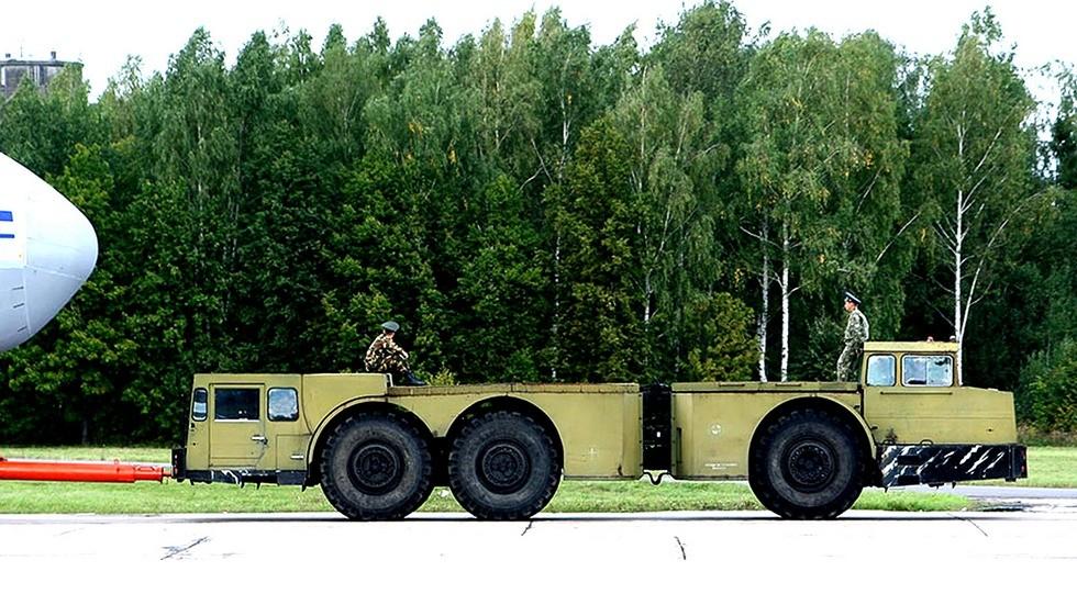 Аэродромный двухмоторный шарнирно-сочлененный балластный тягач МоАЗ-7915