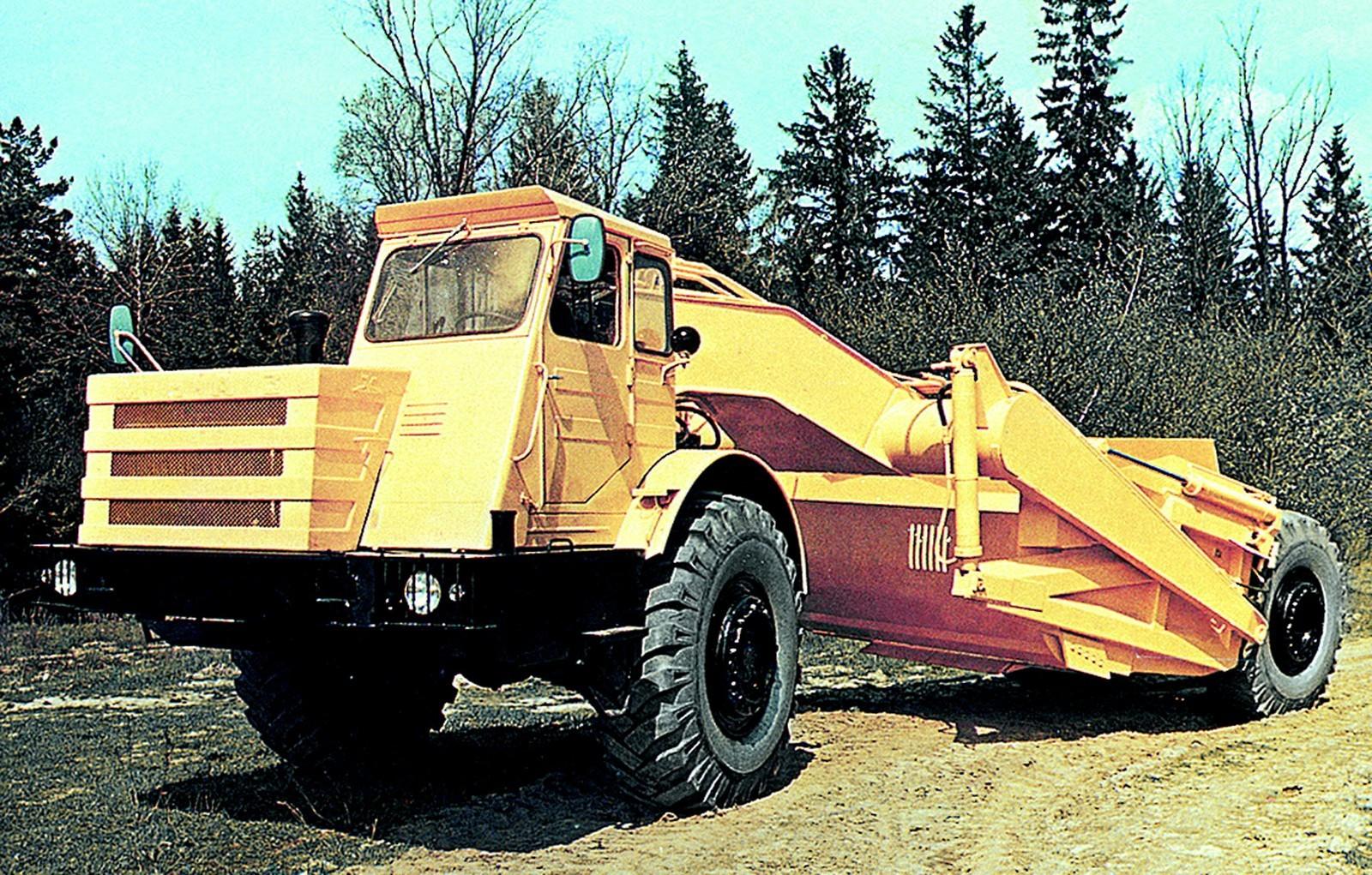 Многоцелевой скрепер Д-357П с 215-сильным тягачом МоАЗ-546П (из проспекта МоАЗ)