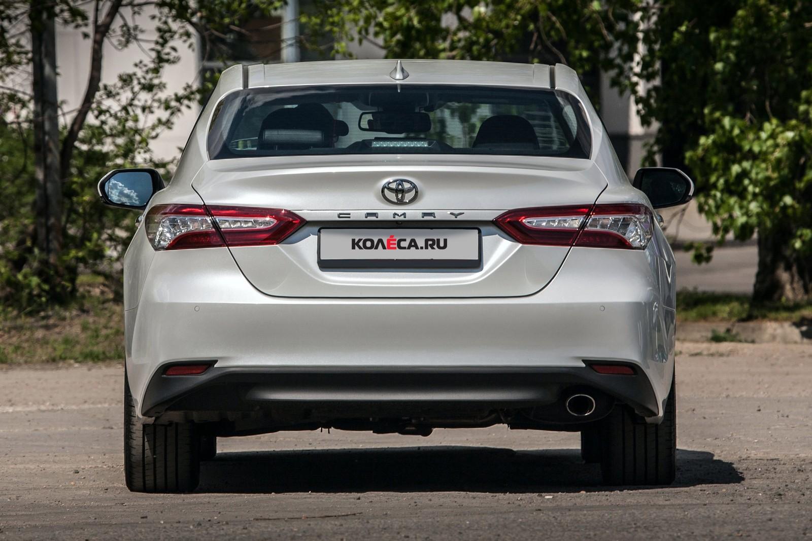 Toyota Camry белая вид сзади