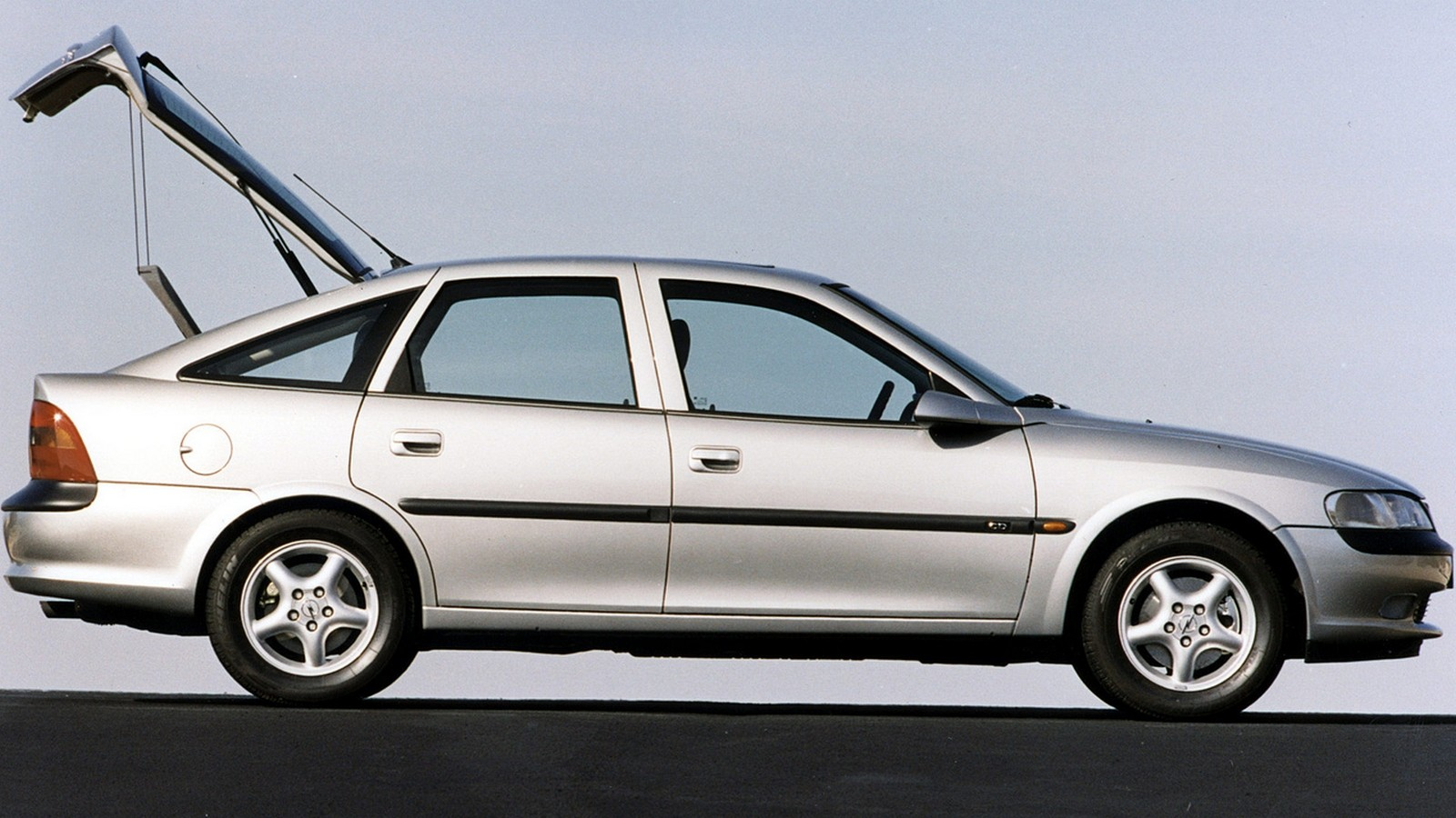 На фото: Opel Vectra Hatchback (B) '1995–99