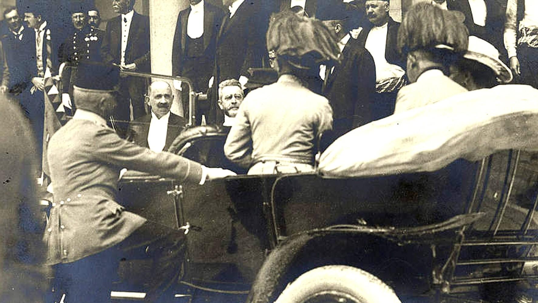 Супружеская чета на заднем сиденье машины, слева у подножки — граф фон Харрах