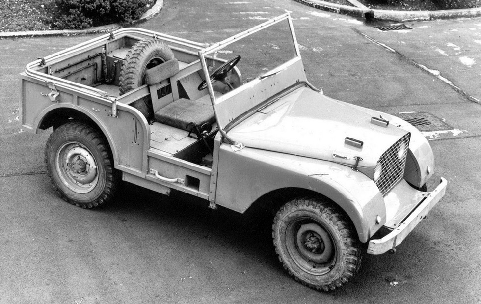 На фото: Протоип Land Rover Defender - Land Rover Centre Steer