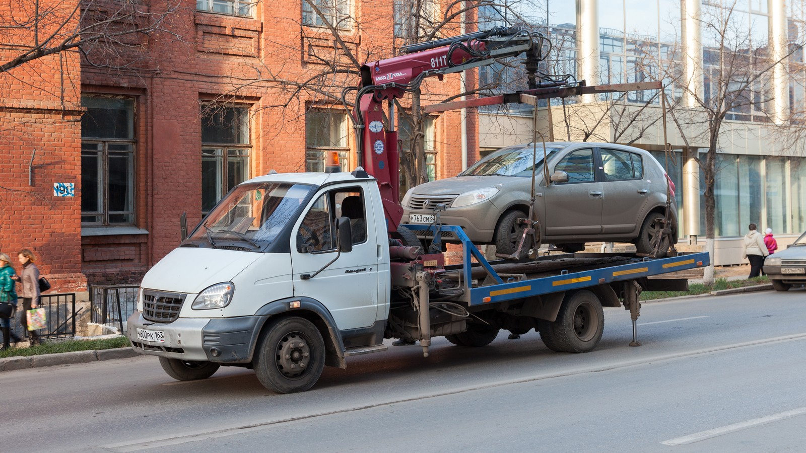 SAMARA, RUSSIA — NOVEMBER 7: Evacuation vehicle for traffic violations on November 7, 2013 in Samara, Russia.