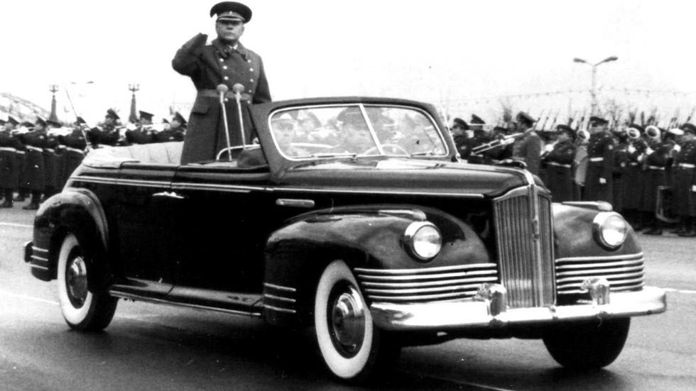 Маршал К. Е. Ворошилов принимает парад на автомобиле ЗИС-110Б (из архива В. Мазепы)