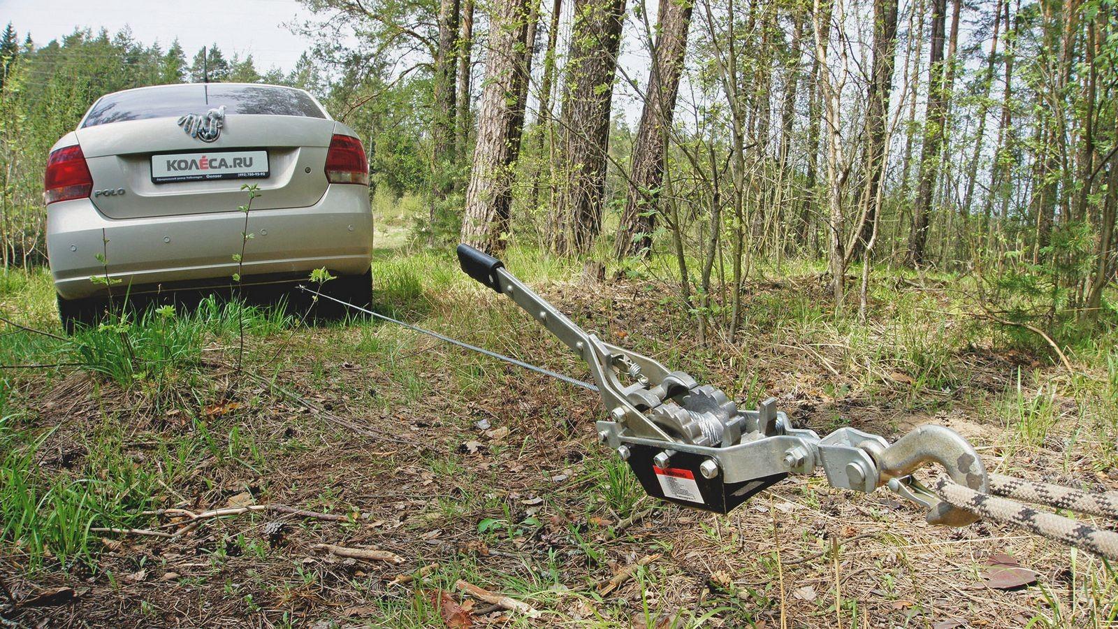 Volkswagen Polo в лесу лебедка