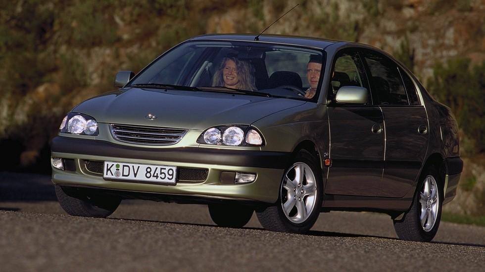 На фото: Toyota Avensis Sedan '1997–2000