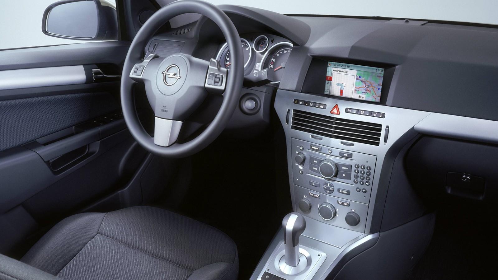 На фото: Торпедо Opel Astra Sedan (H) '2007–14