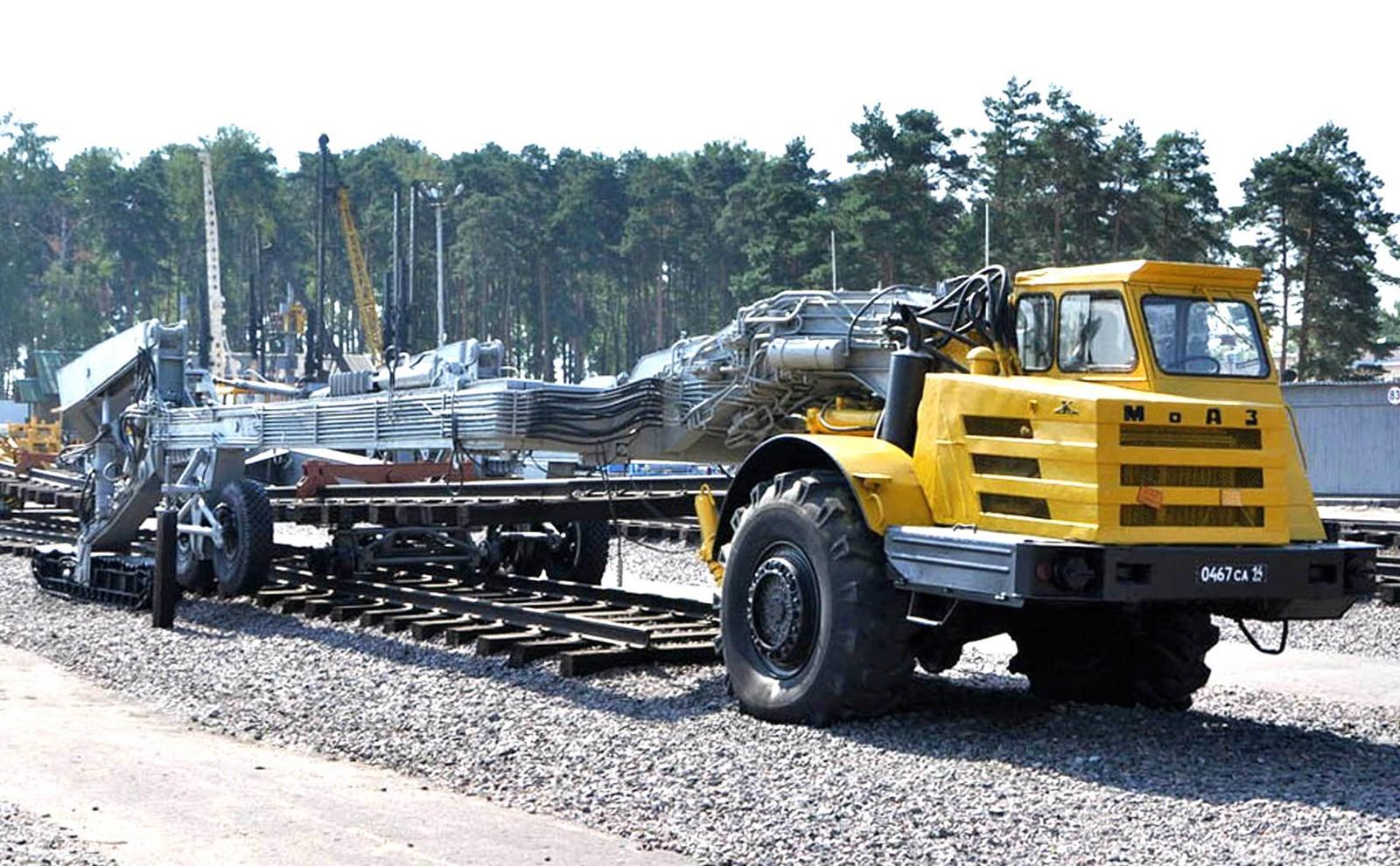 Полуприцепной железнодорожный путеукладчик МПА с тягачом МоАЗ-546П