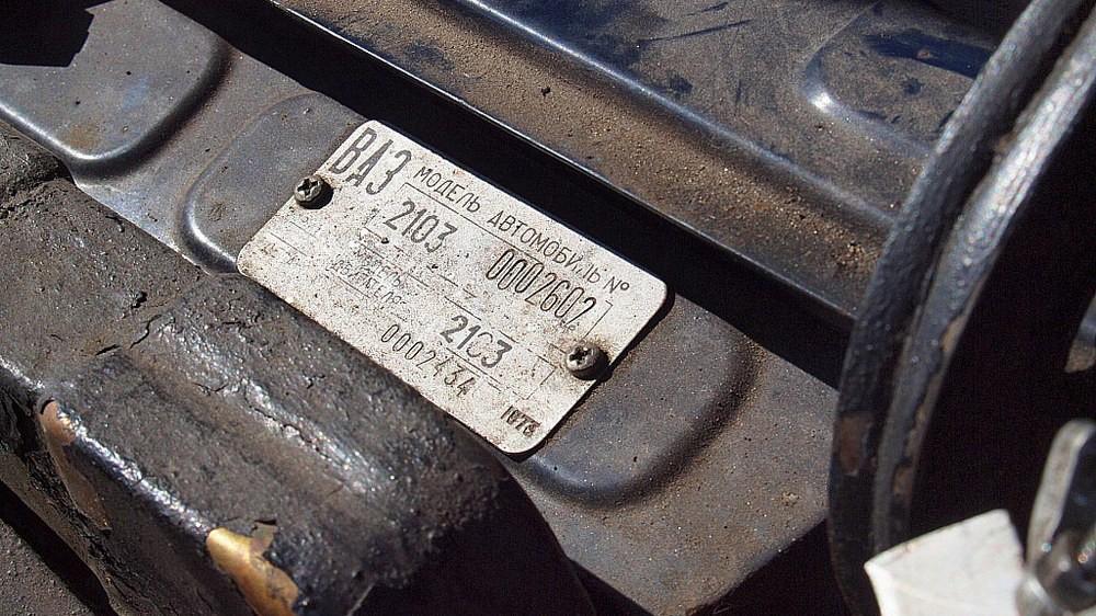 Примерно с двухтысячного номера кузова ВАЗ-2103 наконец-то обзавёлся родными деталями салона «на постоянной основе». Интересно, что на ранних машинах встречалось множество импортных комплектующих –преимущественно итальянского производства