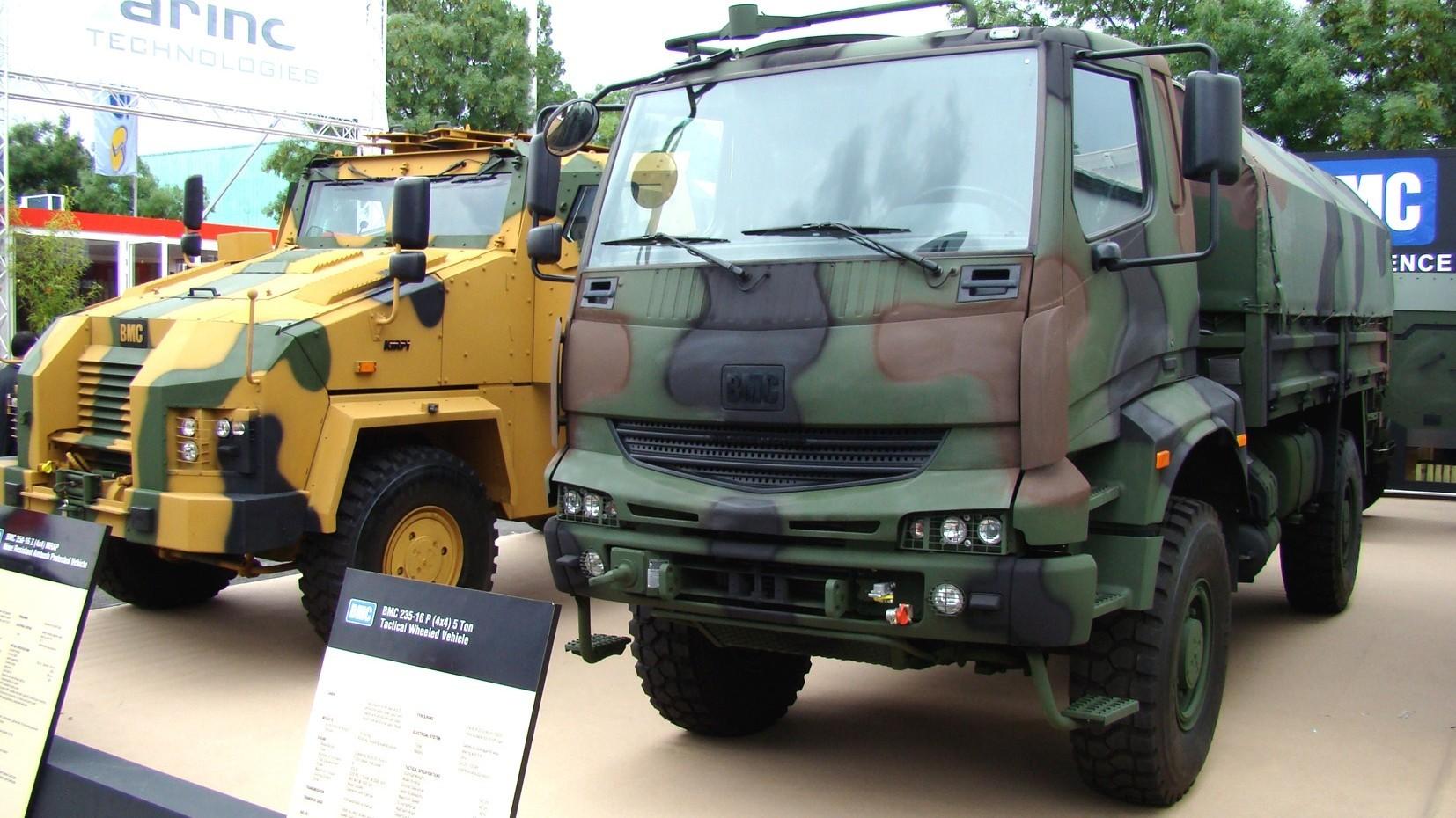 Грузовой автомобиль BMC 235-16P, на заднем плане — броневик Kirpi