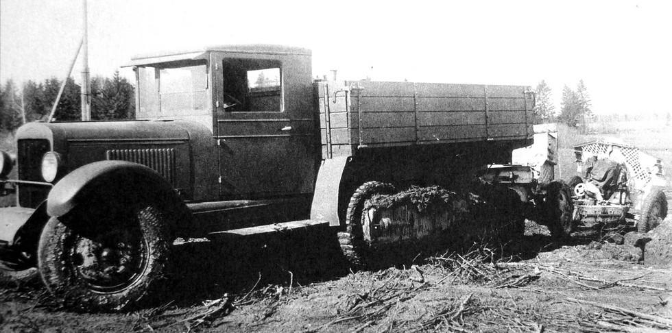тягач ЗИС-22 с 122-мм гаубицей М-30 на фронте