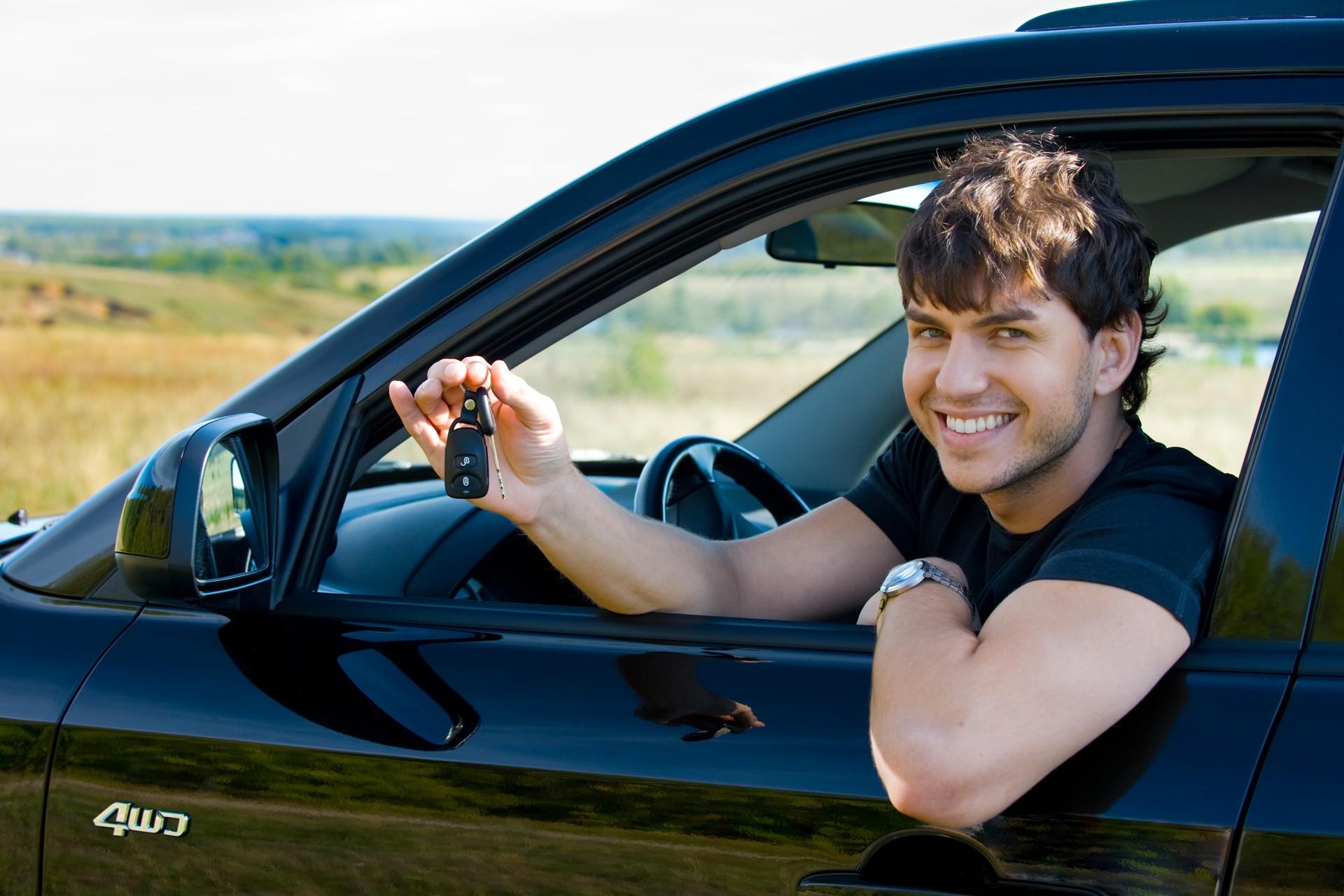 фото одного мужчины на машине акрил или пластик