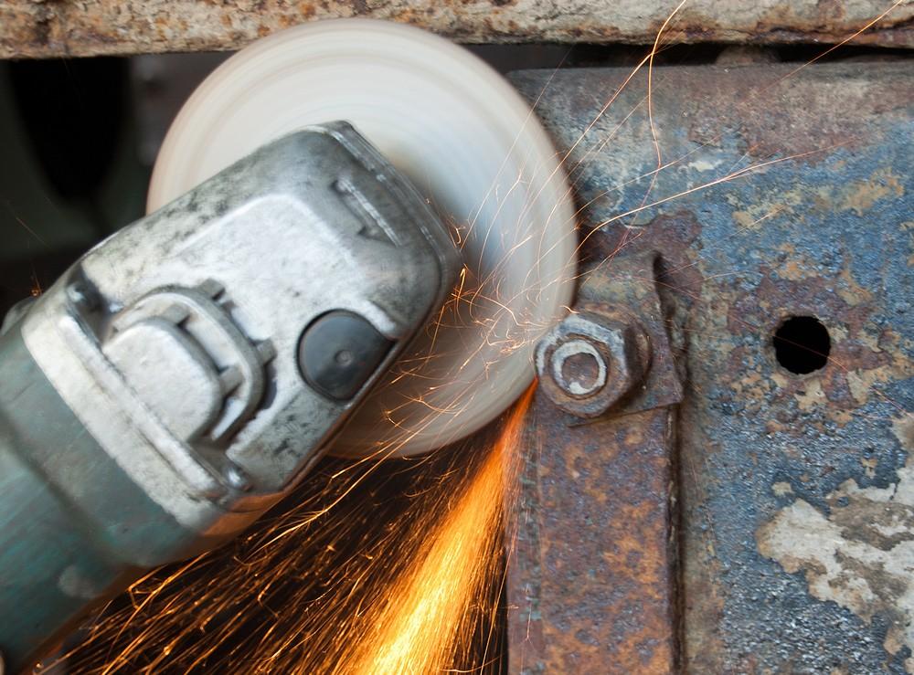 И, наконец, болгарка: как открутить прикипевшую гайку или шпильку?