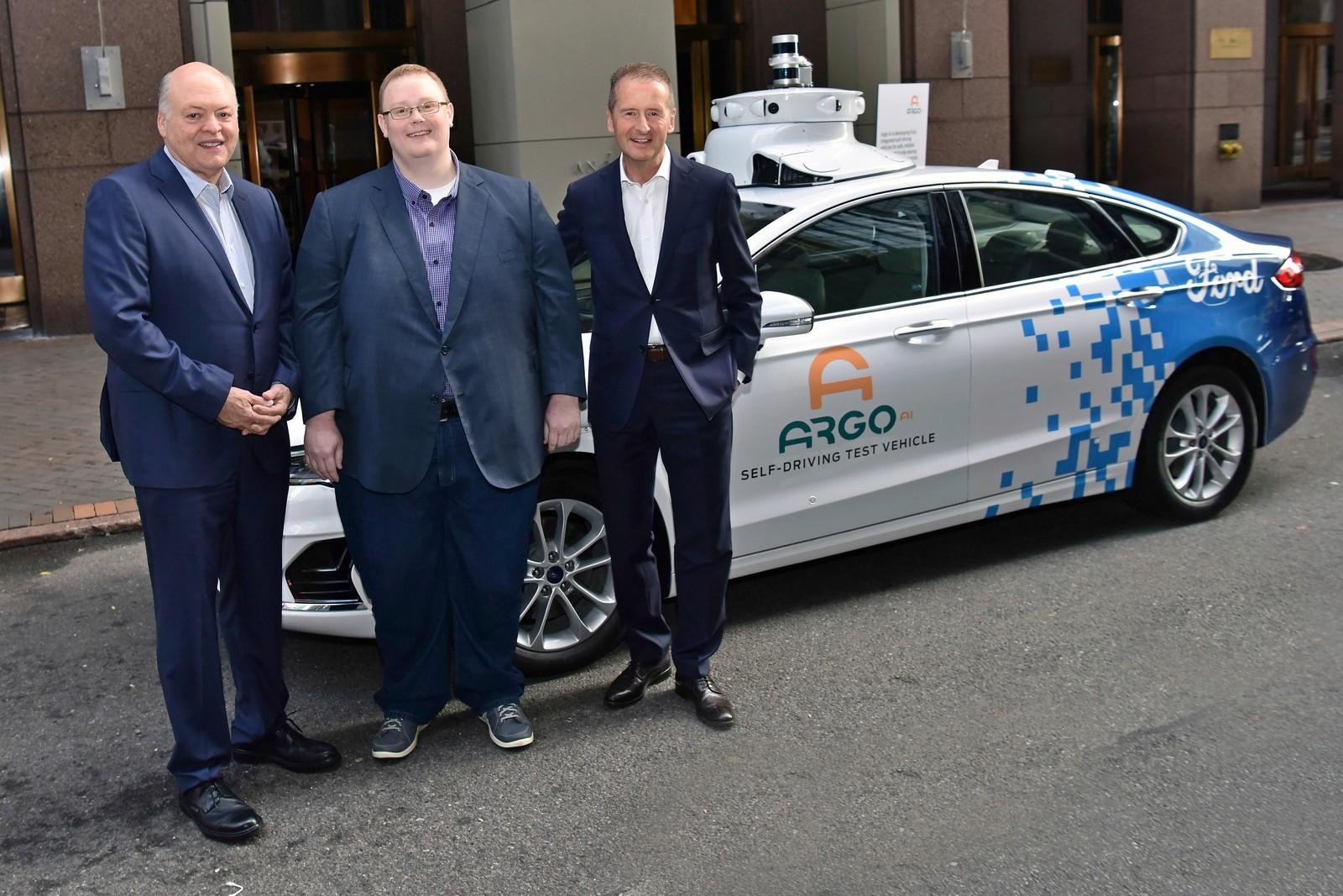 Исполнительный директор Argo AI Брайан Салески (в центре) получит от Джима Хэкетта и Герберта Дисса дополнительную финансовую и кадровую поддержку.