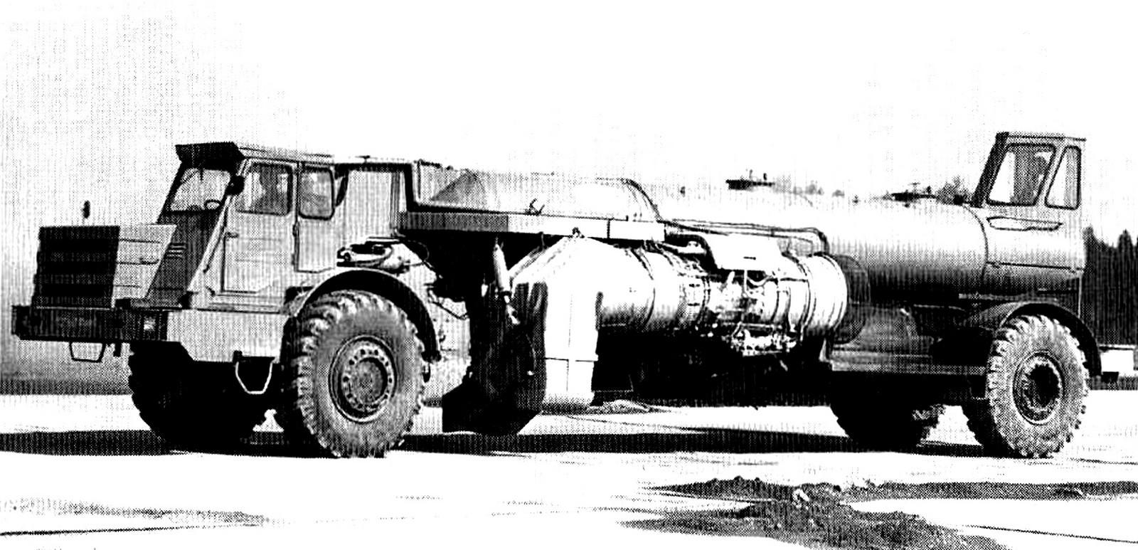 Опытная аэродромная машина ДЭ-229 с авиационным двигателем и кабиной управления