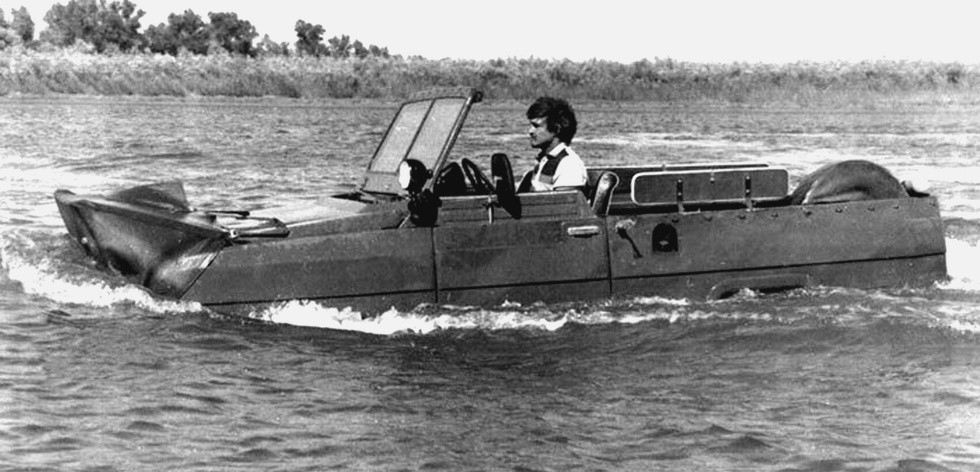 На плаву машина «Ягуар» с двумя гребными винтами под днищем кузова