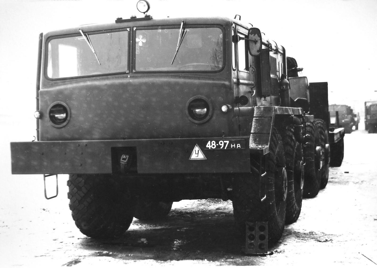 Серийный тягач МАЗ-537 с плоской передней стенкой кабины (фото Л. Гоголева)